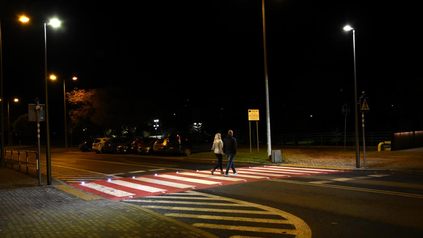 Para przechodząca nocą przez aktywne przejście dla pieszych