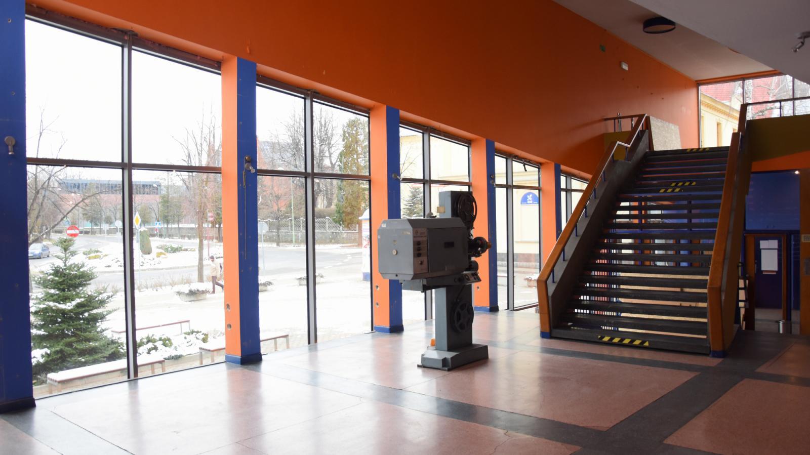 Duże witryny okienne widziane z wnętrza kina