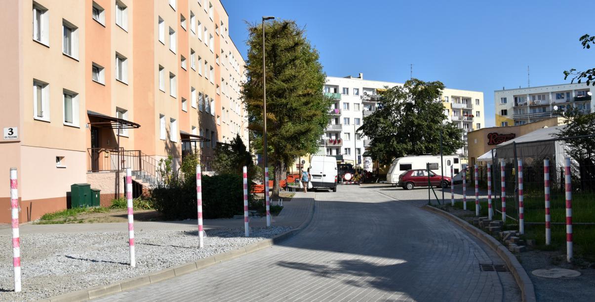 Osiedlowa uliczka z kostki betonowej na os. Tęczowym